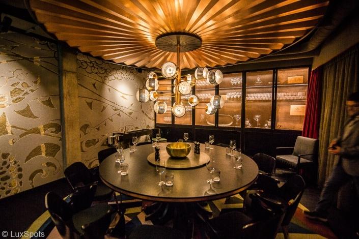 Hotel Tortue Hamburg runder Tisch mit Weinschrank