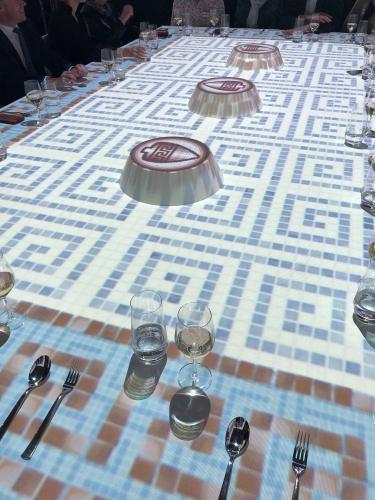 Mosaikfliesen auf Tisch projiziert