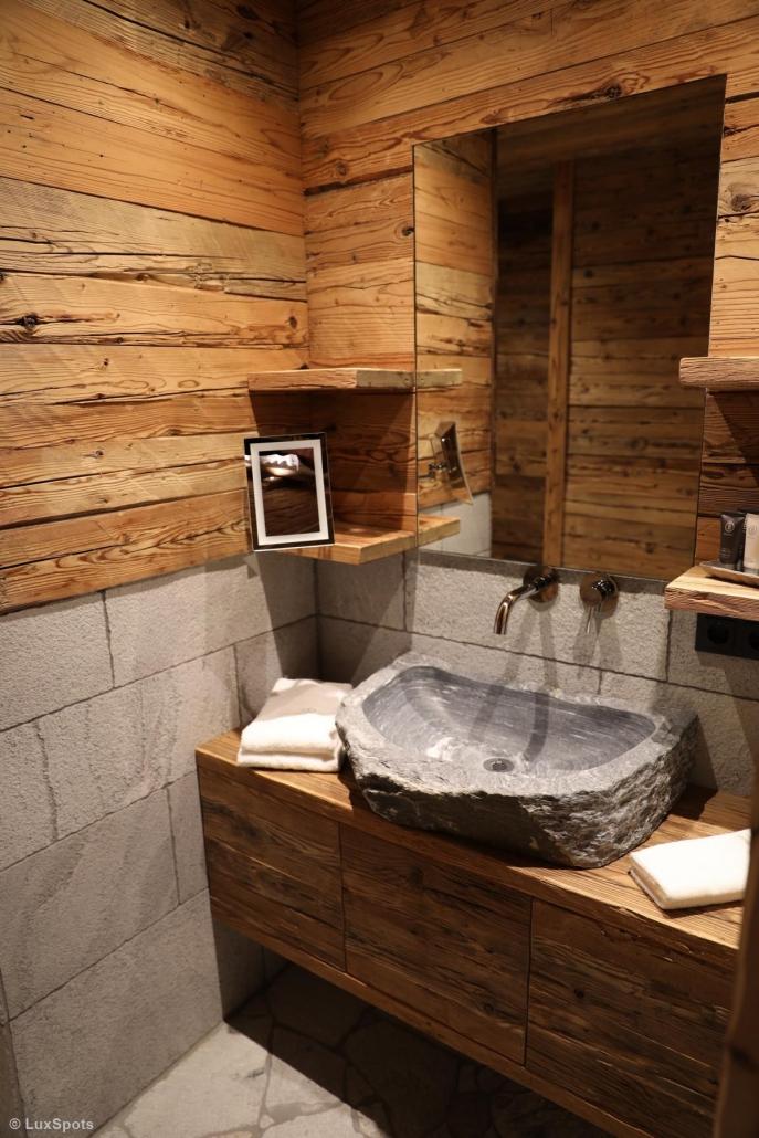 Badezimmer mit Waschbecken aus Naturstein im Prechtlgut