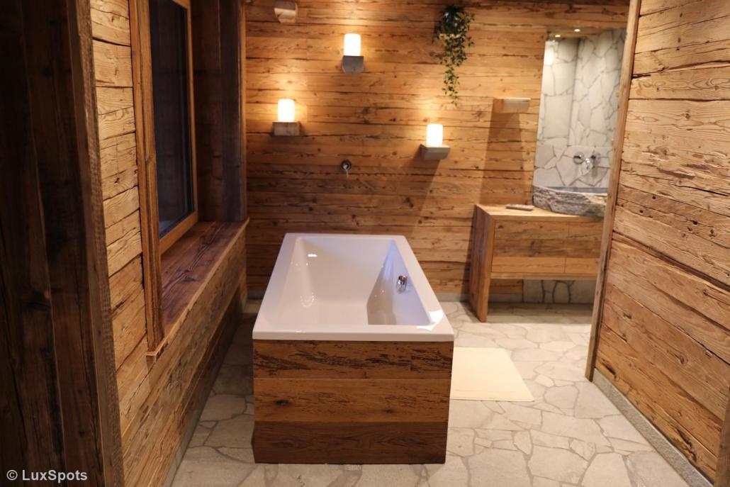 Freistehende Badewanne im Alm-Chalet Prechtlgut