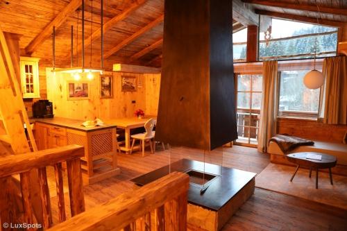 Wohnzimmer im Chalet Prechtlgut mit Kamin und offener Küche