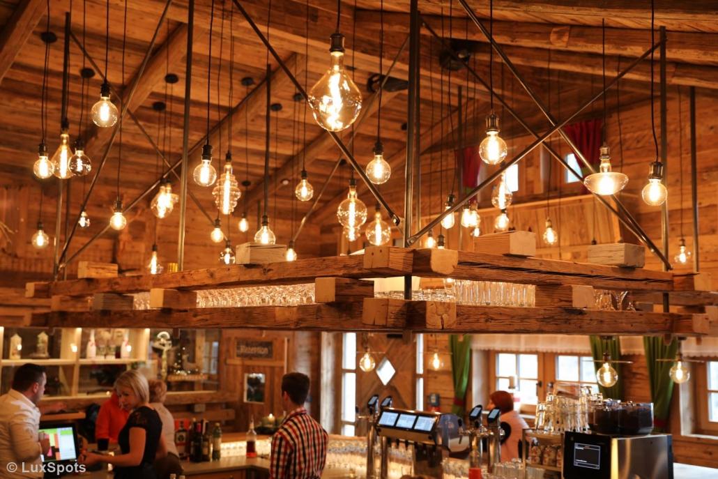 Bar und Rezeption im Prechtlgut mit vielen Lampen