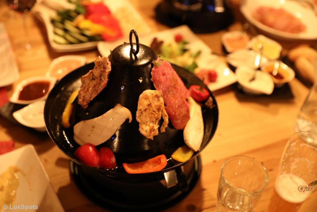 Fleisch und Gemüse werden beim Hutessen gegart