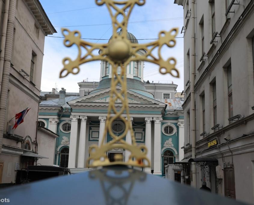 Kreuz vor Armenischer Kirche in Sankt Petersburg