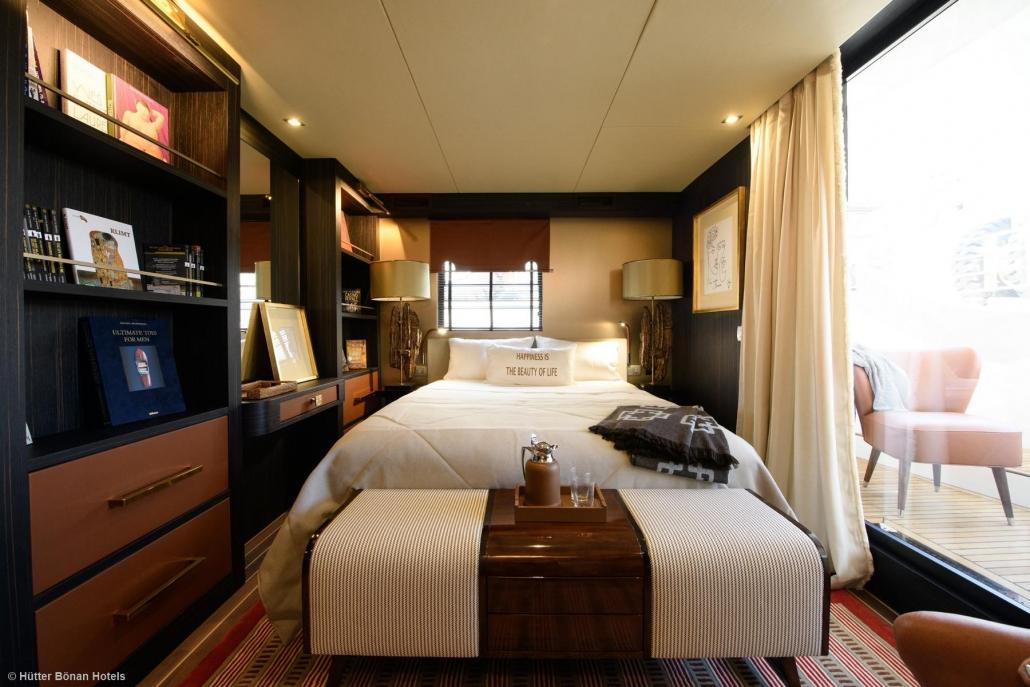 Doppelbett und Außenterrasse der Master-Kabine der Goldfinger Yacht