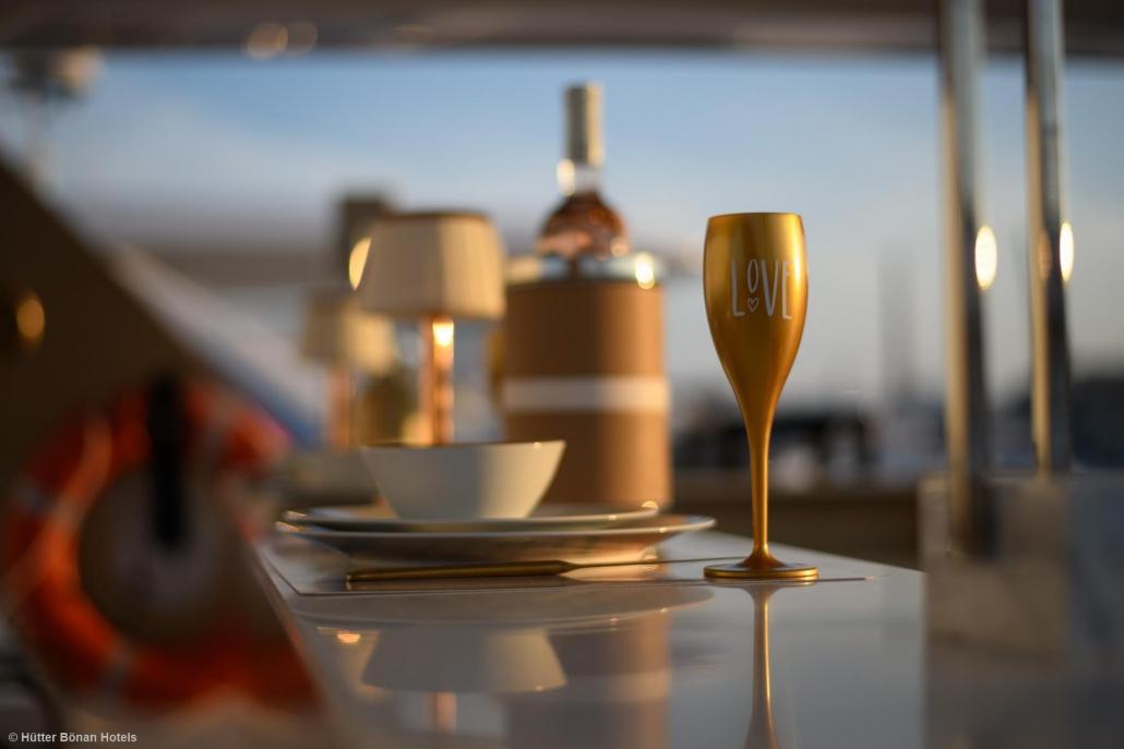 Weinkühler und Sektkelch auf der Goldfinger Yacht