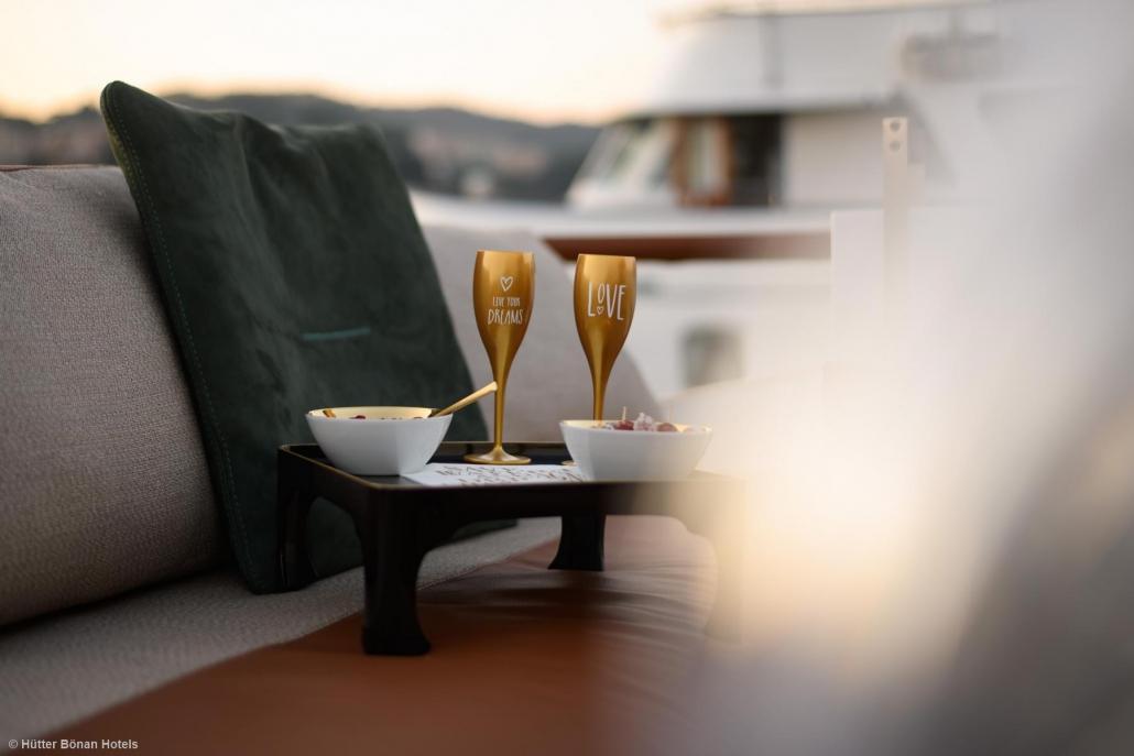 Gehobene Snacks und Weine im Loungebereich der Goldfinger Yacht