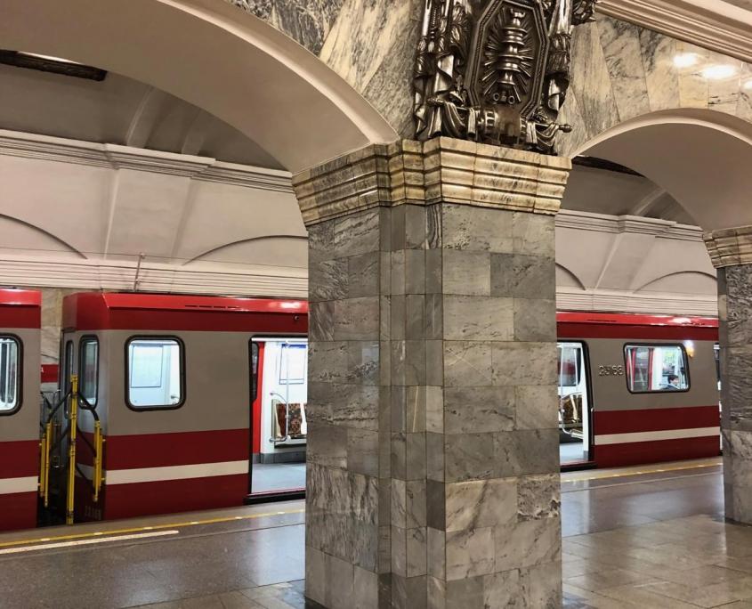 Verzierter Bogen in Metro-Station von Sankt Petersburg