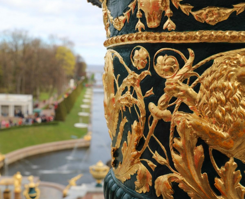 Vase mit Blick auf die Kaskade im Peterhof
