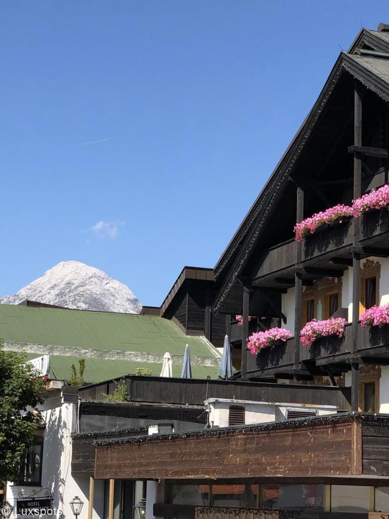 Haus mit Blumen und Bergkulisse in Seefeld, Tirol