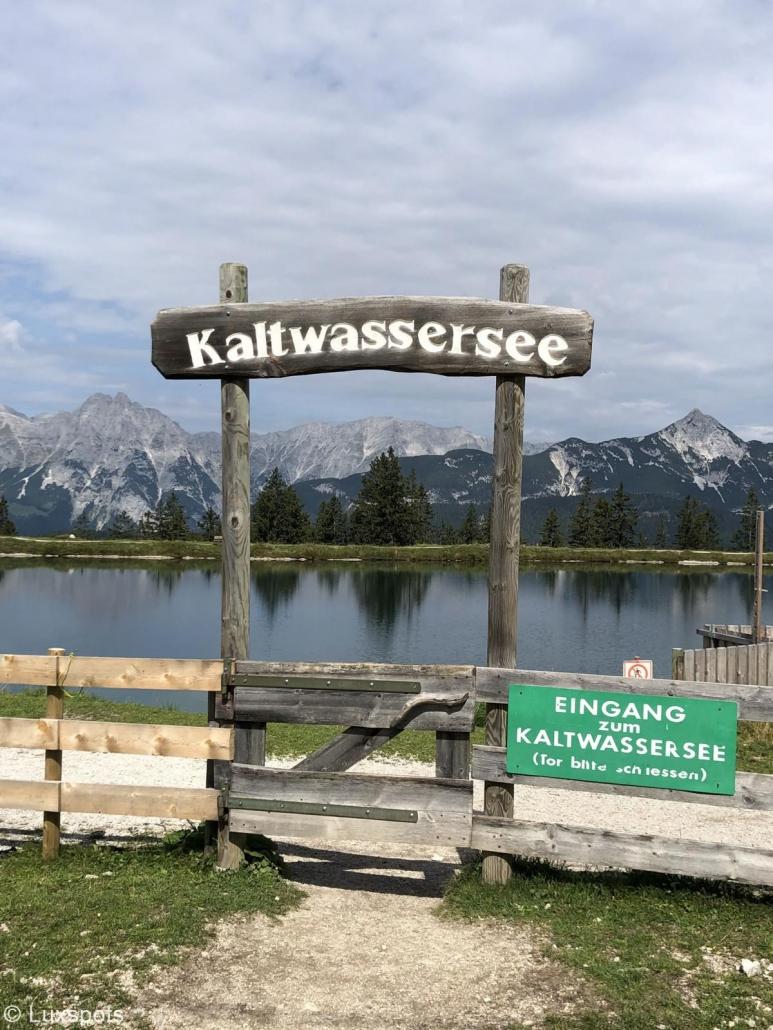 Eingangsschild des Kaltwassersees in Seefeld, Tirol.
