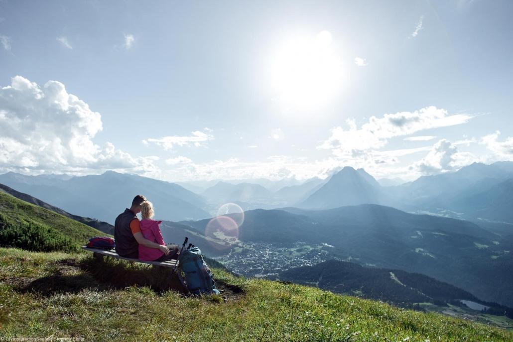 Paar guckt auf die Seefelder Spitze in Tirol